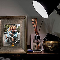 Efekt - Bronze photo frame under the light of a lamp