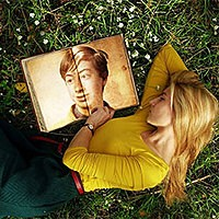 Foto efecto - Girl is lying on the grass