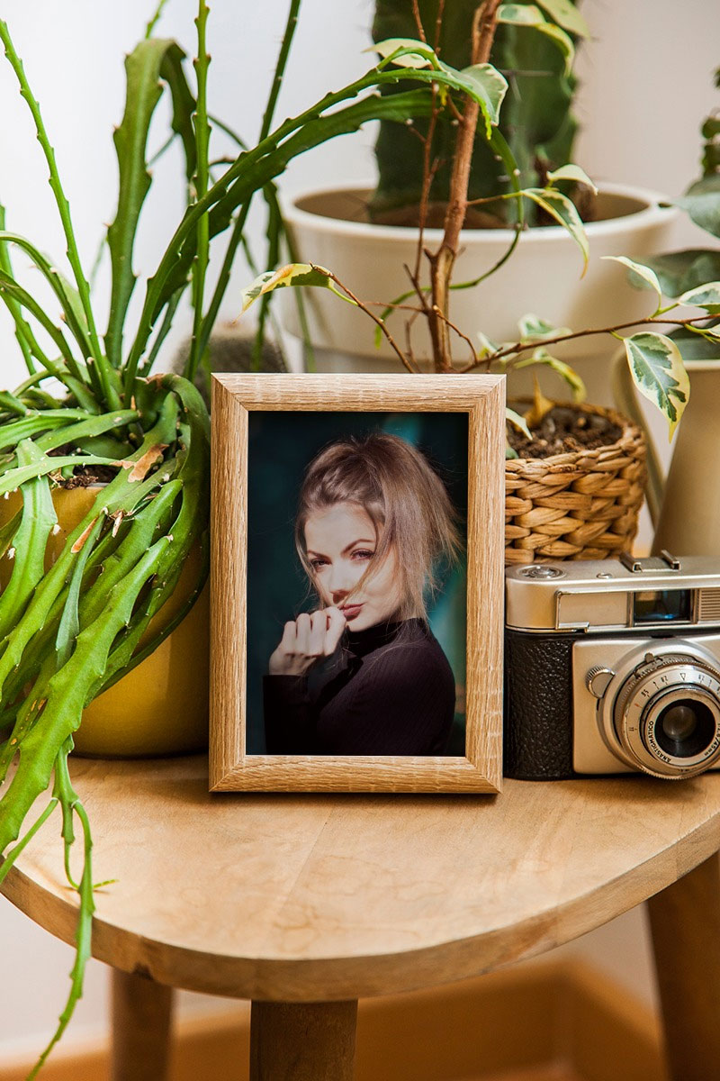Efeito de foto - Wooden photo frame on the wooden table